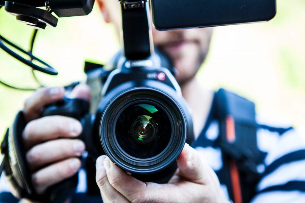 Osoba trzymająca aparat